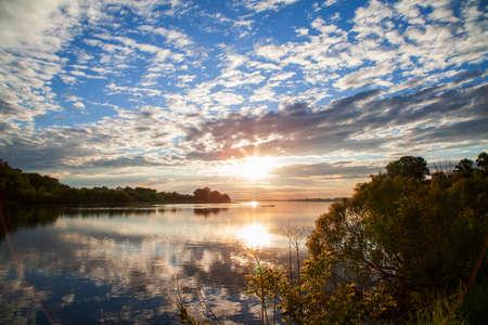 Aard van Oekraïne. Een prachtige zonsondergang op de Dnjepr-riviervloed. Landschappen van Oekraïne. Poltava regio. Stockfoto