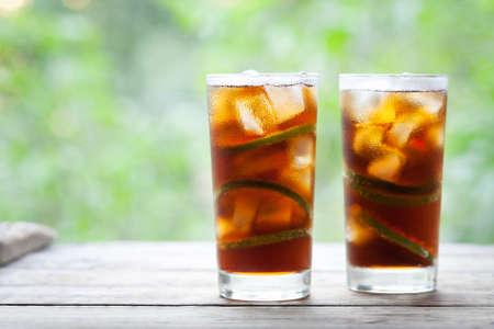 Cuba Libre of lang eiland iced tea-cocktail met sterke dranken, cola, limoen en ijs in glas. Koude longdrink of limonade. Sluit omhoog de zomerdrank. Ruimte voor tekst kopiëren. Stockfoto