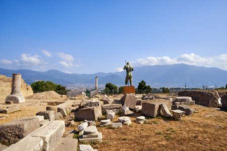 Pompeii ancient roman warrior statue city ruins destroyed Stockfoto