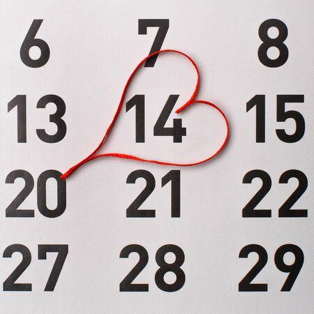 14th: 14 de Febrero de recordatorio en el calendario con un coraz�n rojo satinado.