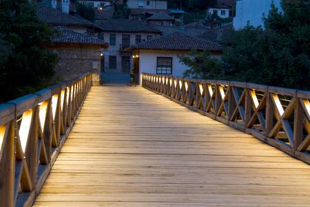 yantra: Evening scene in the old town . Night view of the Patriarchal Bridge in Veliko Tarnovo , Bulgaria