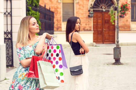 Jealous young woman shopping and arguing Stockfoto