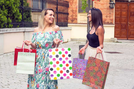 Beautiful smiling woman with shopping bags in the city-sale, shopping, tourism and happy people concept Stockfoto