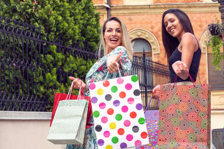 Shopping with a smile. Shopping and perfect mood. Beautiful smiling girl with shopping bags Stockfoto