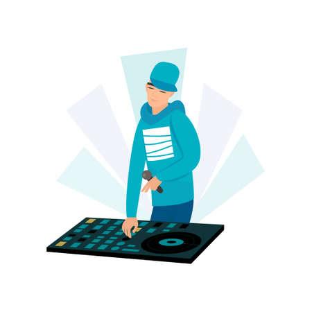 Disque-jockey masculin souriant portant une casquette bleue et un sweat-shirt avec microphone à la main, mixant de la musique à la platine. DJ de fête à la console compacte. Affiche de concert, pochette d'album, flyer d'événement dans le style rap, hip hop.