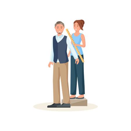 Näherin steht hinter dem Kunden und misst die Länge des männlichen Arms