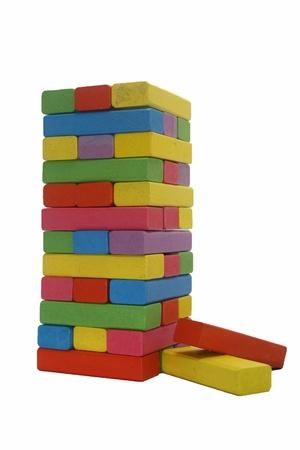 fondo para bebe: coloridos bloques de madera del juguete torre aislada en el fondo blanco Foto de archivo