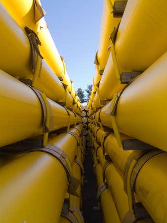 een stapel gele aardgas gebruiksmodellen leidingen in een utility bedrijf werf