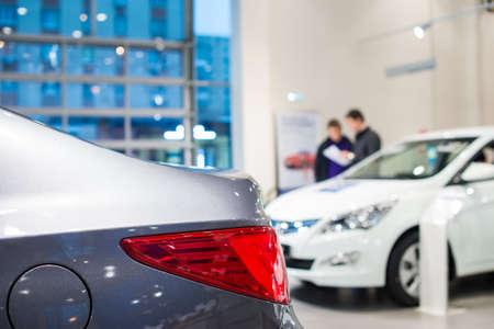 자동차 딜러의 쇼룸에있는 자동차 재고 스톡 콘텐츠