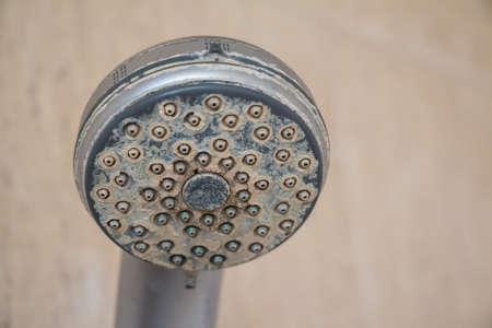 llave de agua: Depósito de calcio de agua dura y corrosión en grifo de ducha de cromo Foto de archivo