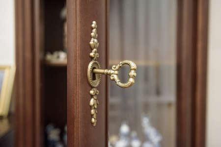 Sluit omhoog uitstekende sleutel in sleutelgat Stockfoto