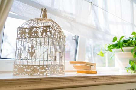 창턱에 장식 birdcage를 닫습니다