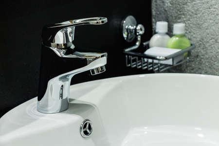 クロム蛇口とモダンなバスルームの洗面台
