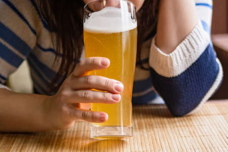 bebes lindos: Joven bebe cerveza