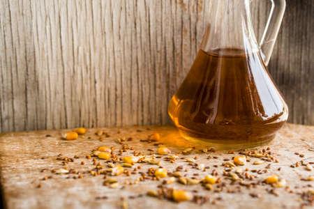 intolerancia: Cerrar varios granos dispersos en la mesa y el aceite Foto de archivo
