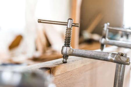Cierre de metal montaje forr tablones de madera Foto de archivo