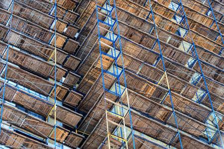 Cantiere di edificio con ponteggi