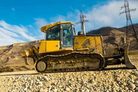 Lavori stradali con bulldozer nel paese in autunno Archivio Fotografico
