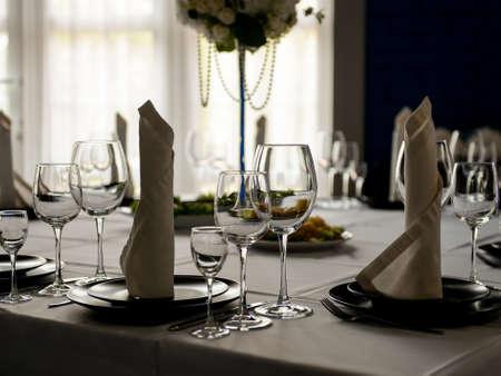 Hermoso interior del restaurante listo para la celebración de la boda Foto de archivo