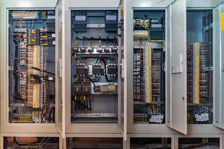 Conexión de placa de circuito abierto o panel eléctrico en edificio moderno Foto de archivo