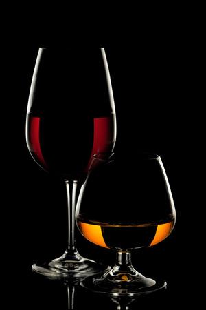 黒い背景にワインのグラス、ウィスキー グラス