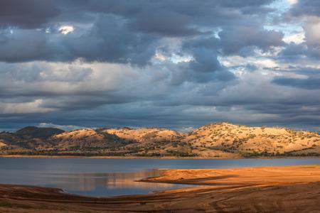 夕暮れ時のビクトリア朝の田舎の丘に囲まれた美しいヒューム湖。 写真素材