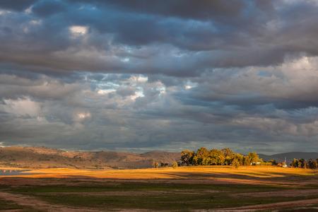 夕焼けの光の中のヒューム湖の近くの丘。