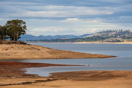 ビクトリア朝の田舎の丘に囲まれた美しいヒューム湖