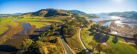 マレーの谷の高速道路や明るい晴れた日にヒューム湖の橋の空中パノラマ風景。オーストラリア、ビクトリア州