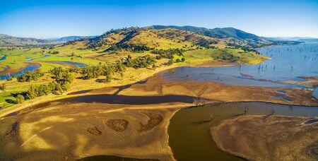 ヒューム湖、オーストラリアの田舎の空中パノラマ風景