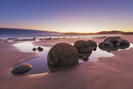 Beroemde Moeraki-Keien bij zonsopgang, Koekohe-strand, Otago, Zuideneiland, Nieuw Zeeland