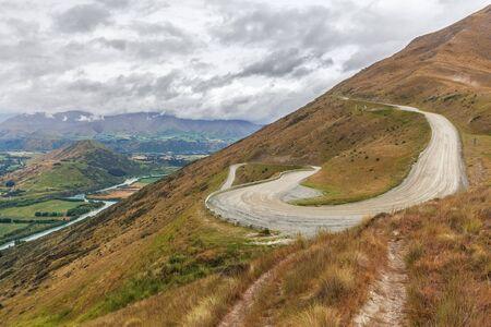 ワインディング ロードを上り beautiu ビュー, クイーンズタウン, ニュージーランドとリマーカブルズ スキー場へ。 写真素材
