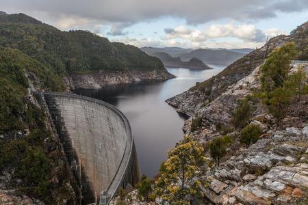 고든 댐과 호수. Southwest, Tasmania, 호주 스톡 콘텐츠