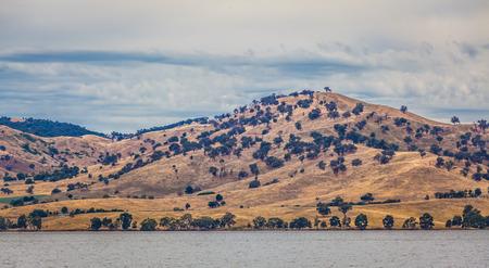 オーストラリアの田舎の風景です。黄色の丘付近のヒューム湖、ビクトリア、オーストラリア
