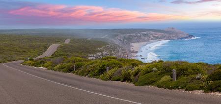 Weg die leidt naar Opmerkelijke Rotsen onder inheemse kustvegetatie bij zonsondergang. Flinders Chase National Park, Zuid-Australië