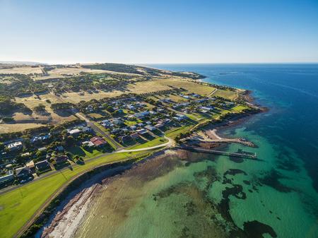 Vue aérienne de la ville et de la jetée Emu Bay. Île Kangourou, Australie du Sud Banque d'images - 79677122