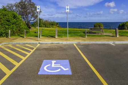 장애인 주차 장소 및 공원에서 바다 해변 근처 표지판