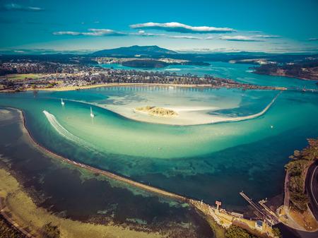Luchtfoto van ondiep oceaanwater. Narooma, NSW, Australië Stockfoto - 89445716