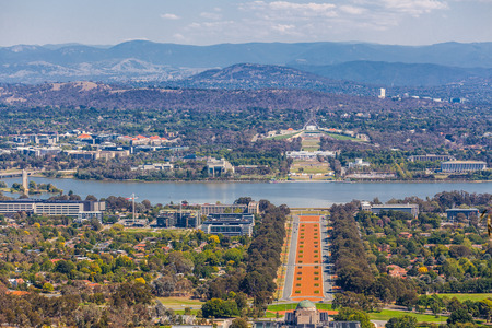 View of Canberra  from Mount Ainslie lookout - ANZAC Parade, Parliament House and modern architecture with mountains in background. ACT, Australia Stockfoto