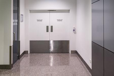 Brandschutztür Nahaufnahme im öffentlichen Gebäude Standard-Bild