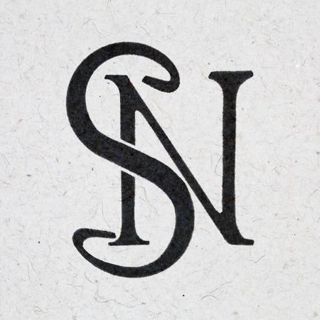 Monogramme SN, saignement d'encre sur papier kraft