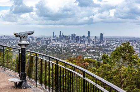 Een verrekijker die op munten werkt, wees vanaf de uitkijk op de skyline van Brisbane CBD Stockfoto