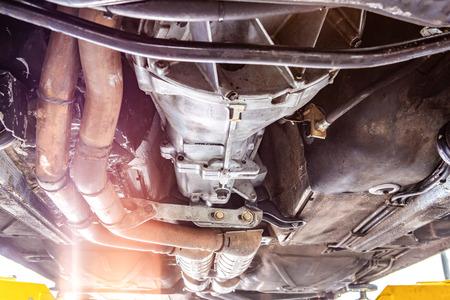 Vue rapprochée du train d'atterrissage du véhicule sur un ascenseur en atelier pendant les réparations