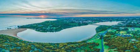 Panorama panoramico del fiume Hopkins e della costa oceanica a Warrnambool, Australia