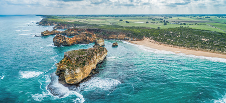 Aerial panoramic landscape of Great Ocean Road coastline in Victoria, Australia 免版税图像