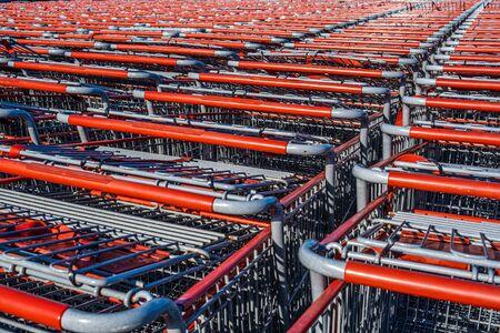 Reihen von roten Einkaufswagen warten auf Kunden