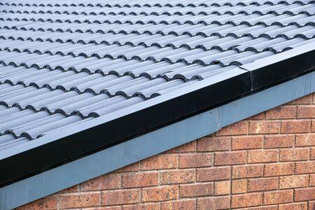 Dachziegel und Backsteinmauer - Fragment eines typischen Wohngebäudes in Australien Standard-Bild