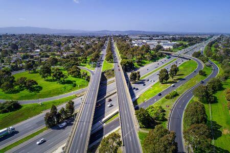 Straight road leading through suburban area to mountains in Melbourne, Australia Stockfoto
