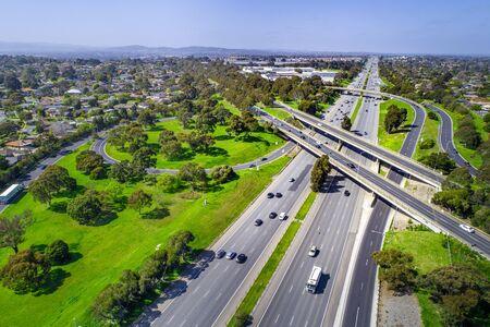 驾驶在高速公路交流的汽车在墨尔本,澳大利亚