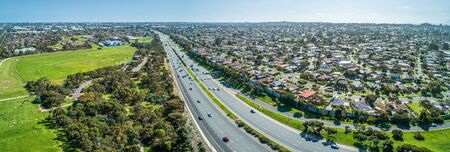 Aerial panorama of highway passing through suburban area on a sunny day in Melbourne, Australia Stockfoto